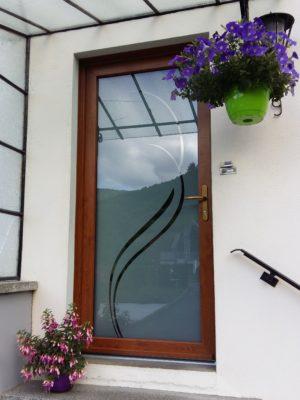 Porte d'entrée coloris chêne or avec panneau en verre modèle Vigne